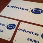 druk uv na białej plexi, tabliczki biała plexi (1)